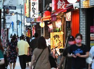 飲食店などが多く並ぶ、千葉市内の繁華街を行き交う人たち=31日夕