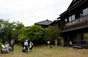 開放された庭園を散策する来場者たち=唐津市北城内の舞鶴荘