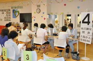 血圧測定などを受ける来場者=佐賀市の高齢者向け複合施設「そいよかね」内