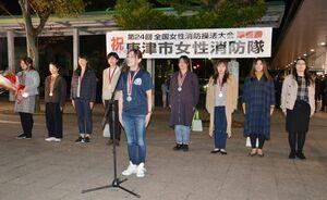 出迎えた約300人の市民らに、隊を代表して謝辞を述べる木場かおりさん(中央)=JR唐津駅