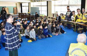 寸劇で認知症の人との接し方を学ぶ児童たち=伊万里市の黒川小