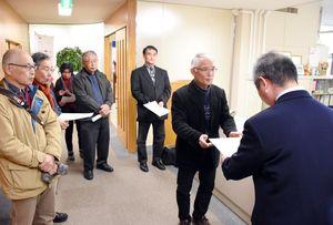罰則規定の明記を求め、要望書を手渡す市民団体共同代表の藤瀬憲一さん(右から2人目)ら=唐津市役所