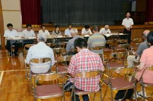 嬉野市議(写真奥)が市内8カ所で行った議会報告会=嬉野市の久間小体育館
