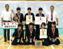 剣道の女子団体で準優勝した大和中のメンバー=長野市真島総合スポーツアリーナ