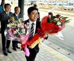 3期目の任期初日となった22日、職員や支援者から拍手で迎えられる武広勇平上峰町長(手前)=上峰町役場