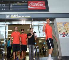佐賀空港に到着し、サポーターの歓声に応える、アトレチコ・マドリードのフェルナンド・トーレス(右)ら=佐賀市川副町の佐賀空港(2015年7月30日)