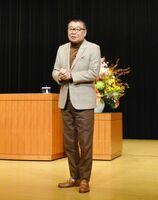 講演するフリーアナウンサーの生島ヒロシ氏=佐賀市のアバンセ