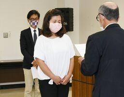 修了証書を受け取る大野美由起さん。奥は夫の誠士さん=佐賀市富士支所