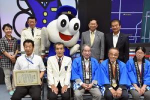県クリーニング組合から「ごろうくん」に感謝状が贈られた=佐賀市の県警本部