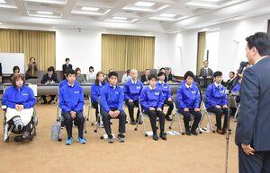 山口祥義知事(手前)から激励の言葉を受ける県選手団=佐賀県庁