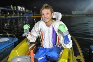 ボートレースの第22回オーシャンカップを制し、ガッツポーズの峰竜太=ボートレースまるがめ