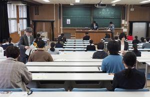 問題と解答用紙の配布を待つ受験生=佐賀市の佐賀大本庄キャンパス