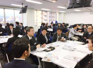 県内に進出したIT企業など約40人が参加した企業交流会=2月、佐賀市のマイクロソフトイノベーションセンター佐賀