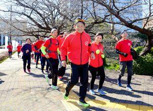 走りながらパトロールした「パトランSAGAチーム」代表の吉冨敦思さん(中央)たち=佐賀市の県庁前