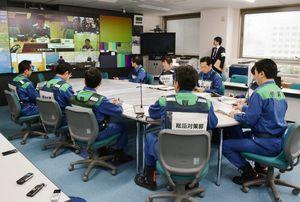 各自治体をつないで行われたテレビ会議。画面に内閣府の映像は映し出されていない=佐賀県庁