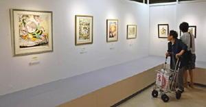 「水木しげる版画展」を楽しむ来場者=佐賀市の佐賀玉屋本館6階ギャラリー