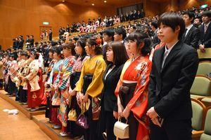 国歌を斉唱する卒業生=佐賀市文化会館