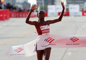 シカゴ・マラソンで女子の世界新記録を樹立して優勝したコスゲイ=13日(ロイター=共同)