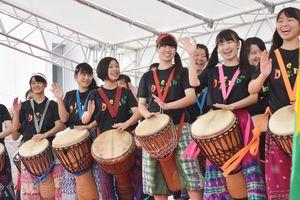 アフリカン太鼓「ジャンベ」の演奏を披露する牛津高校の生徒ら=佐賀市の佐賀商工ビル駐車場