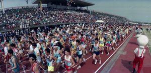 佐賀市制100周年を記念して開かれた「さが桜マラソン」で、一斉にスタートするハーフマラソン参加の選手たち=平成元年4月2日、佐賀市の県総合運動場陸上競技場
