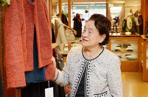 「洋服が好きで接客も楽しい」と話すサロンモード創業者の東島道子さん