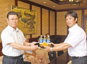 岩島正昭町長(左)に黒酢みかんゼリーなどを手渡すかねひろの川崎豊洋社長=太良町役場