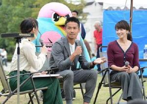 夫婦での子育てのコツなどについて話す谷口博之選手(中央)と松木里菜さん(右)夫妻=佐賀市のどん3の森