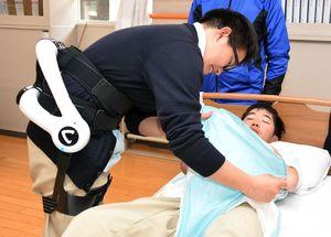 介護ロボを使って作業に臨む神埼清明高の生徒=神埼市の同校