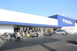 店舗を建て替えて開店したトライアル唐津店=唐津市栄町
