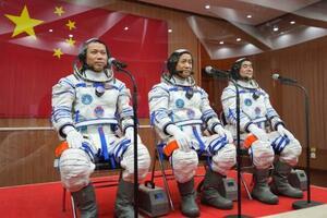 「神舟12号」搭乗前のセレモニーに臨む宇宙飛行士=17日、中国・酒泉衛星発射センター(新華社=共同)