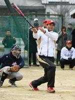 豪快なスイングで会場を沸かせた稲葉篤紀さん=神埼市の神埼中央公園グラウンド