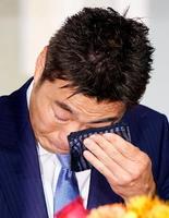 日米通算21年の現役生活からの引退を表明し、涙ぐむプロ野球巨人の上原浩治投手=20日午後、東京都内のホテル