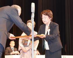 表彰状を受け取る受賞者ら=佐賀市文化会館