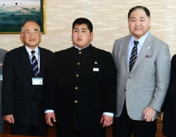 秀島敏行佐賀市長らと記念撮影する藤川維吹さん(中央)。右隣は尾車親方=佐賀市役所来賓室