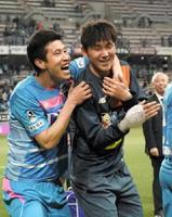 試合終了後、笑顔で勝利を喜ぶFW趙東建(右)とDF金民?=鳥栖市のベストアメニティスタジアム