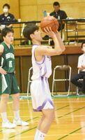 バスケットボール男子準々決勝・龍谷-佐賀北 フリースローを放つ龍谷の鶴丸莉久=佐賀市の龍谷高校体育館