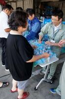 千葉県市原市役所で飲料水を受け取る市民=12日午前