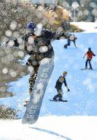 初滑りを楽しむスノーボーダー=佐賀市富士町の天山スキー場
