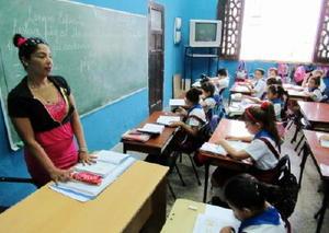 少人数編成で授業を受ける子どもたち。教育の無償化は全国民から支持されている=ハバナ市内のニコラス・エステバネス小学校
