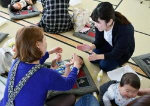 赤ちゃんのスキンケアについてアドバイスする佐賀大の学生(右)=2017年2月、佐賀市の鍋島公民館