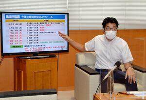 49歳から12歳までの接種券発送スケジュールを発表する小松市長=武雄市役所