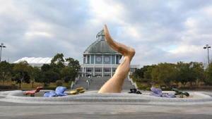 有田町の?の博記念堂前に立つ岡本太郎の遺作となった「花炎」