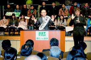 集まった約1500人に囲まれ、演説する岡本憲幸候補(中央)=唐津市民会館