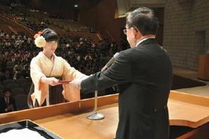 宮﨑学長(右)から学位記を受け取る卒業生=佐賀市文化会館