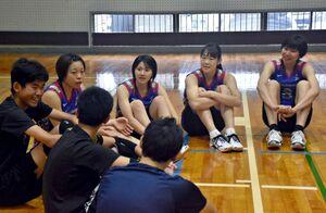 子どもたちの質問に答える野本梨佳(右)ら久光製薬スプリングスの選手たち=佐賀市の勤労身体障害者教養文化体育館
