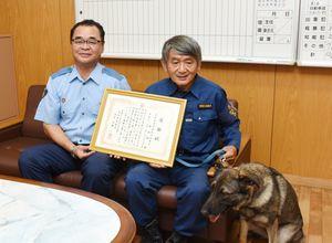 署長感謝状を受けた野田拓さん(右)とアリス号=鳥栖署