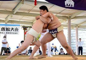 寄り切りで優勝を決めた古川裕君(右)=唐津市体育の森運動公園