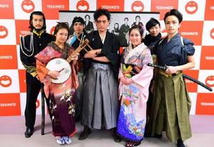 舞台「おりょう」の出演陣。中央が坂本龍馬を演じる唐津市出身のお笑い芸人岩部彰さん