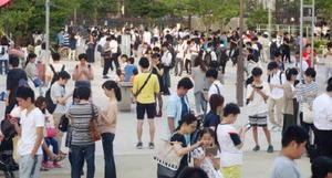 公園でポケモンGOを楽しむ大勢の人たち=25日午後、東京都墨田区