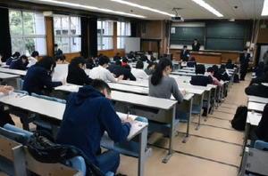 試験開始を前に問題用紙を確認する受験生=佐賀市の佐賀大本庄キャンパス